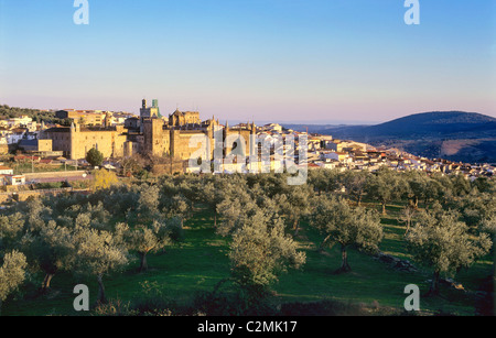 Extremadura, Guadelupe, view on town and 15th century cathedral and Monasterio de Santa Maria de Guadelupe. - Stock Photo