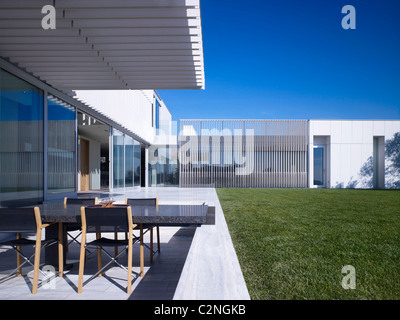 Modern detached house, West Hollywood, California. Shaded terrace with table and chairs. - Stock Photo