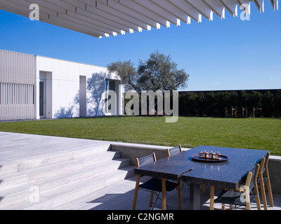 Modern detached house, West Hollywood, California. Shaded eating area with table and chairs - Stock Photo