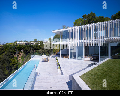 Modern detached house, West Hollywood, California Rear garden with pool - Stock Photo