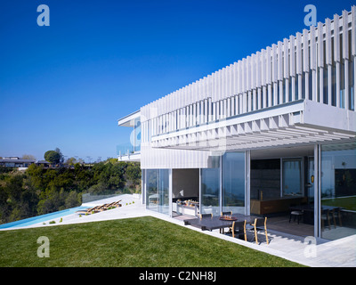 Modern detached house, West Hollywood, California. Garden with infinity pool and terrace - Stock Photo