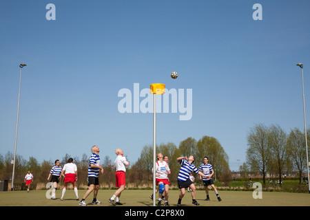 Korfballers op een sportveld bij het Westerpark in Amsterdam - Stock Photo