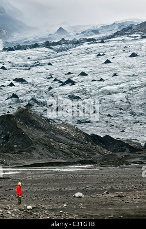 HIKER ON THE MYRDALSJOKULL, THE COUNTRY'S FOURTH BIGGEST GLACIER, SOUTHERN COAST OF ICELAND, EUROPE - Stock Photo