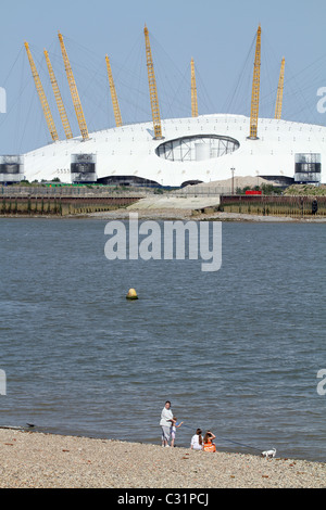 UK. RESIDENTS OF THE ISLE OF DOGS  BY THE THAMES IN LONDON ENJOY SUNSHINE, WITH MILLENNIUM DOME IN BACKGROUND - Stock Photo