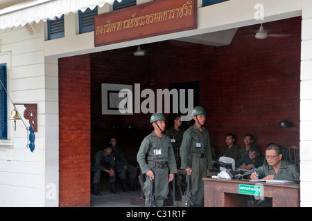 SOLDIERS IN THE GUARDS' POST, ENTRANCE TO THE ROYAL GRAND PALACE OF BANGKOK, THAILAND, ASIA - Stock Photo