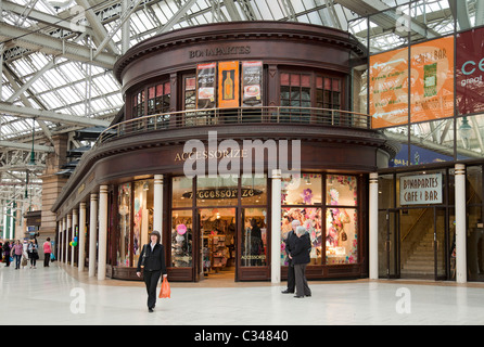 Accessorize retail outlet and Bonaparte's pub in Glasgow Central Station concourse. - Stock Photo