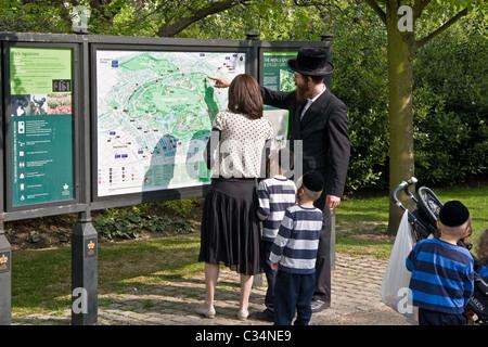 Orthodox jewish family, Regent's Park, London, UK - Stock Photo
