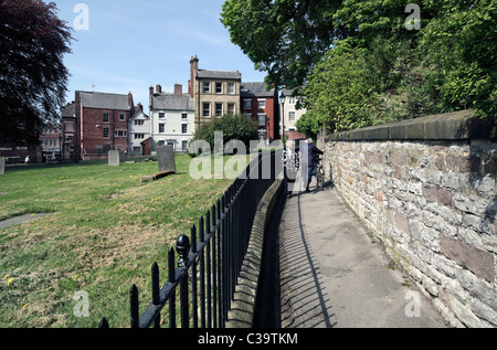 Church Walk, Wirksworth, Derbyshire - a footpath route around the churchyard (left) of St Mary's Church, next to - Stock Photo