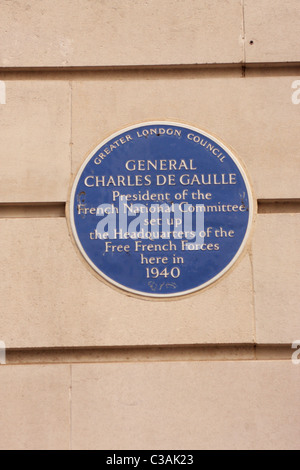 Blue Plaque on the wall of 4 Carlton Gardens London marking the building as De Gaulle's HQ during WW2 - Stock Photo