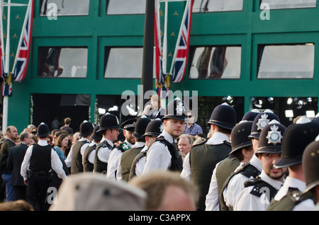 Crowd kept back by police Media Centre outside Buckingham Place at Royal wedding of Prince William to Catherine - Stock Photo