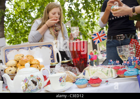 Afternoon tea is served in St Jems's Park on the day of the Royal Wedding between Prince William and KAte Middleton. - Stock Photo