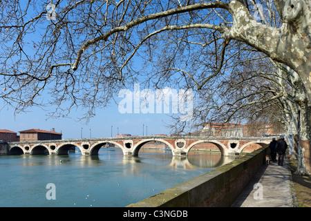 The banks of the River Garonne and the 16thC Pont Neuf bridge, Toulouse, Haute Garonne, Midi Pyrenees, France - Stock Photo