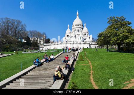 Tourists on the steps in front of the Basilique du Sacre-Coeur, Montmartre, Paris, France - Stock Photo