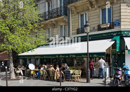 Sidewalk cafe on the corner of Rue Jean du Bellay and Quai d'Orleans, Ile Saint-Louis, Paris, France - Stock Photo