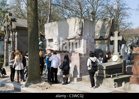 Tourists surrounding the tomb of the writer Oscar Wilde in Pere Lachaise Cemetery, 20th Arrondissement, Paris, France - Stock Photo