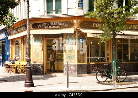 Boulangerie  Au Petit Versailles du Marais in Rue Francois Miron, Paris - Stock Photo