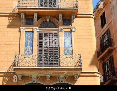 Wohnhaus mit Balkonen und Wandmalerei, Palma, Spanien. - Residential house with balconies and mural painting, Palma, - Stock Photo