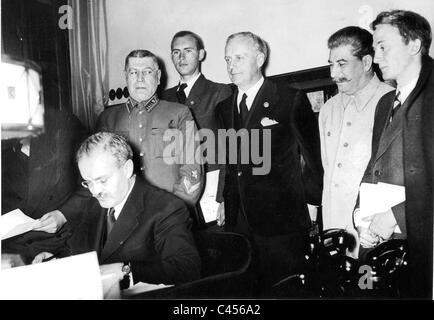 Molotov signs the Hitler-Stalin pact - Stock Photo
