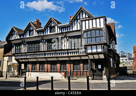 The recently refurbished 1492 house of a Tudor Merchant contrasts with the next door house in Bugle Street, Southampton - Stock Photo
