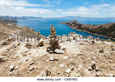Stone cairns at the highest point on Isla del Sol, Lake Titicaca, La Paz Department, Bolivia. - Stock Photo