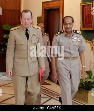 U.S.Chairman of Joint Chiefs of Staff, Admiral Mike Mullen (L) meets with Egypt's Field Marshal Mohamed Hussein - Stock Photo