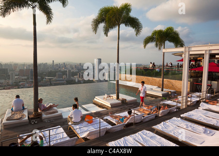 Singapore, Singapore, Marina Bay.  Swimming pool at the Marina Bay Sands SkyPark.  The rooftop pool is 150 metres - Stock Photo