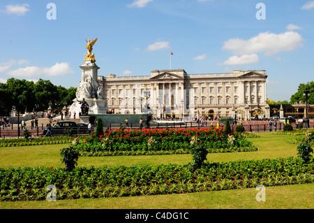 Buckingham Palace and The Victoria Memorial, London, England, UK - Stock Photo