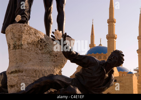 Martyrs' Square statue juxtaposed with the Muhammad Al-Amine Mosque, Downtown Beirut, Lebanon. - Stock Photo