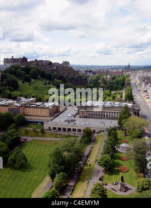 Edinburgh Castle and the National Galleries of Scotland (left) and the Royal Scottish Academy (right) in Princes - Stock Photo