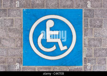 Symbol für einen Behindertenparkplatz auf der Straße   Symbol for Disabled parking permit on the road - Stock Photo