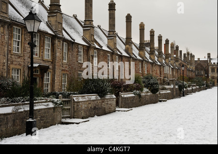 Vicar's Close in Wells, Somerset, after a snow storm. - Stock Photo