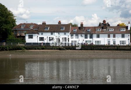 Bulls Head pub beside River Thames, Hammersmith, London - Stock Photo
