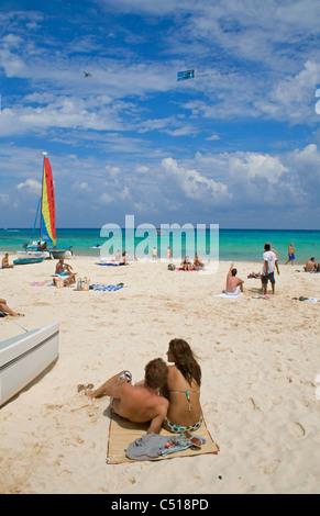 Menschen am Strand von Playa del Carmen, Yukatan, Mexiko, people at the sandy beach, Playa del Carmen, Yucatan, Mexico