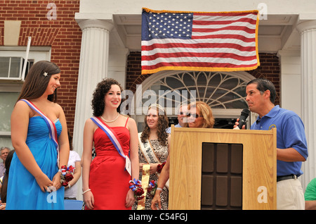 Miss Wantagh Pageant winner, Kara Arena in red, and 1st Runner-Up Shannon Dempsey in blue, July 4th celebration, - Stock Photo
