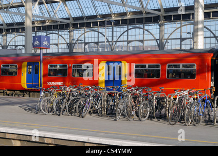 UK. Commuters and bycicles at Waterloo rail station in London - Stock Photo