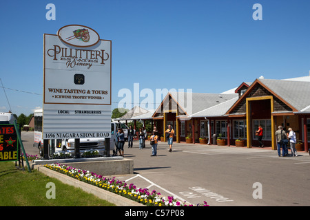 tourists and tour bus at Pillitteri estates winery niagara wine country niagara-on-the-lake ontario canada - Stock Photo