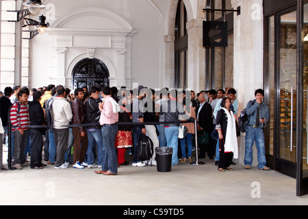 Queue outside new Apple store in Covent Garden to purchase and then export Apple products - Stock Photo