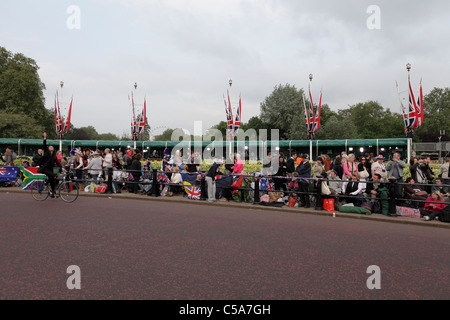 THE ROYAL WEDDING 2011, expectant Royalist fans who had camped out near Buckingham Palace on the eve of the big - Stock Photo