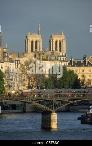 le Pont des Arts et les tours de la cathédrale Notre Dame de Paris Seine river and the 'pont des arts', background - Stock Photo
