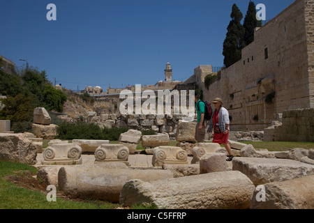 Fallen columns and collapsed walls - the remains of a magnificent complex of Islamic buildings destroyed in the - Stock Photo
