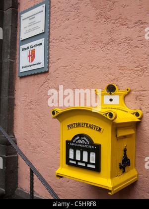 historischer Postbriefkasten am Rathaus auf dem Marktplatz, historischer Stadtkern, Cochem, old historical post - Stock Photo