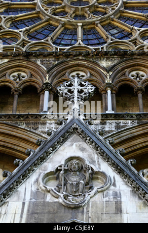 Stone carving and North Transept window above Great North Door, Westminster Abbey, London, England - Stock Photo