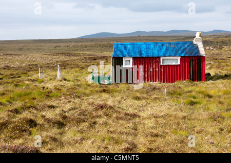 A brightly coloured old shieling on the peatbeds near the Pentland Road in the north of the Isle of Lewis, Outer - Stock Photo