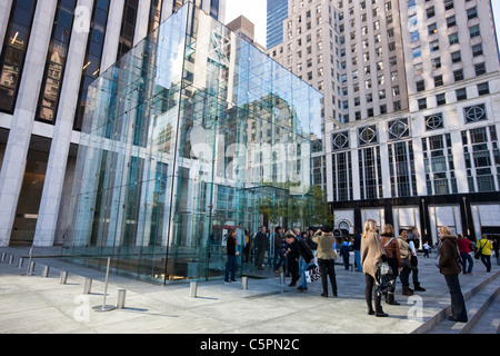 People standing in front of the Apple store on Fifth Avenue and 59th Street in Manahattan, New York - Stock Photo