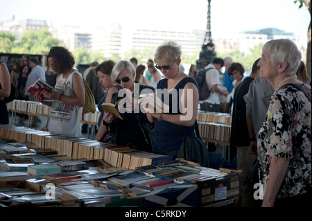 Secondhand Book stalls under Waterloo bridge on the Southbank, London, England. - Stock Photo