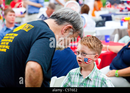 Vietnam veteran and a boy on the White House lawn on the 4th of July, Washington DC - Stock Photo