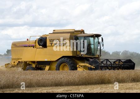 New Holland TX65 Combine Harvester harvesting wheat in Norfolk,UK. - Stock Photo