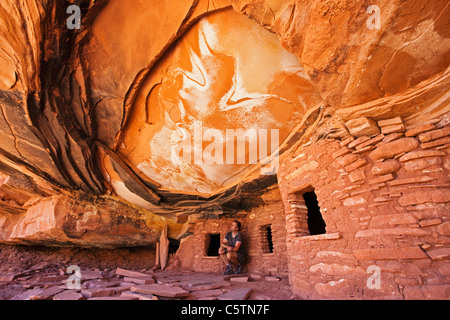 USA, Utah, Fallen Roof Ruin, Indian ruins in North Fork of Mule Canyon, Cedar Mesa, Tourist - Stock Photo
