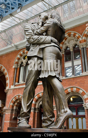 Paul Day's sculpture 'The Meeting Place' ,  'The Lovers' St Pancras station, London uk - Stock Photo