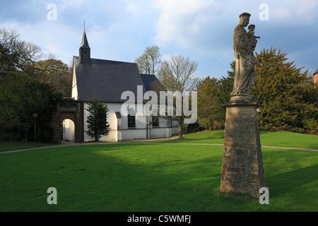 Schlosskapelle Grimberg und Marienstatue im Schlosspark von Wasserschloss Herten, Ruhrgebiet, Nordrhein-Westfalen - Stock Photo
